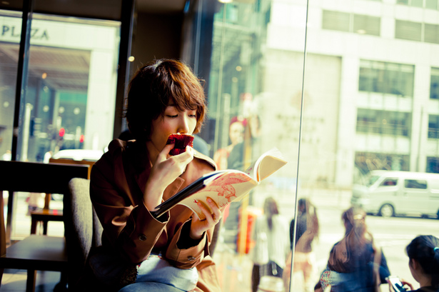 読書を行う女性 自己啓発