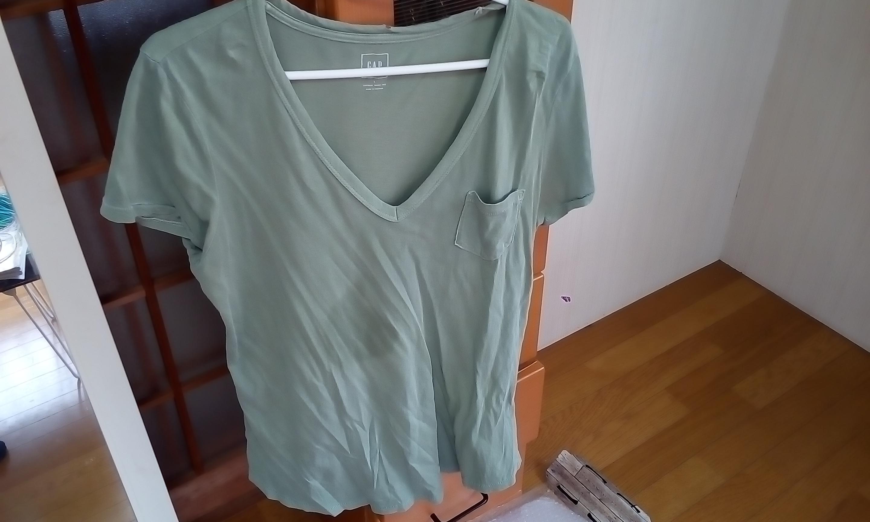 カーキ色の無地Tシャツ