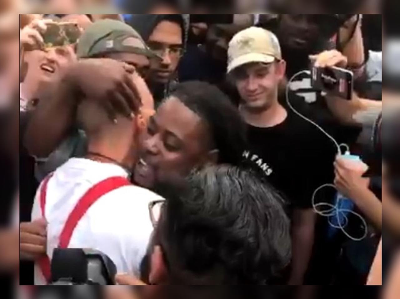 白人至上主義者を黒人男性が抱きし目ながら問う