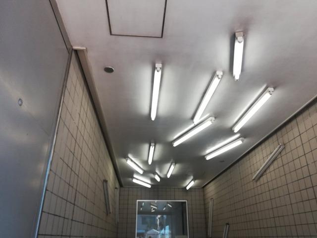 【これがアートなのか?】清澄白河駅の蛍光灯の配置に困惑の声が・・・ネット民『なんか怖い』www