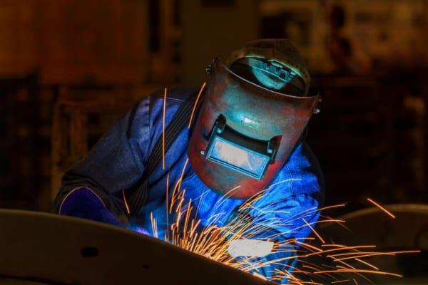 【これは酷い】ブラック企業の指示で溶接作業の『マスク禁止』➝顔が焼けただれてしまう