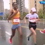【中国】マラソン大会ゴール直前にボランティアが乱入!!!優勝を逃した中国ランナーに非難殺到wwwその訳とは?