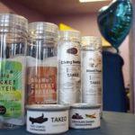 【売れ行き好調】チョコバッタを販売する昆虫食自販機が話題に!