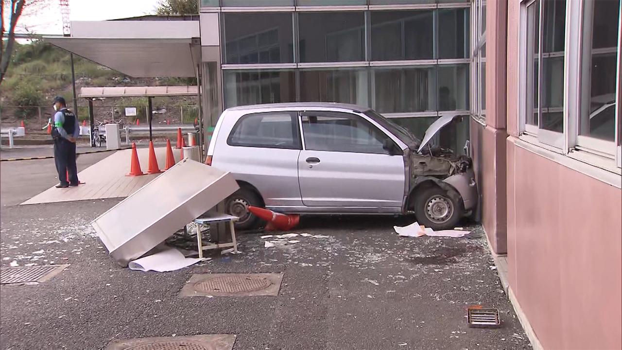 【ひどい】80代男性の運転する車がベンチに突っ込む→座っていた男性1人死亡、2人ケガ