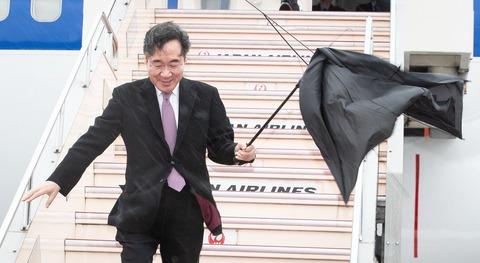 韓国首相イ・ナギョン(李洛淵)来日した瞬間に傘が強風でぶっ壊れる←優しい神風と話題にwww